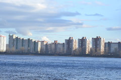 涅瓦河看法在圣彼德堡的郊区 库存照片