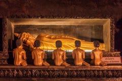 涅磐的菩萨雕象一个洞寺庙的在泰国 库存图片
