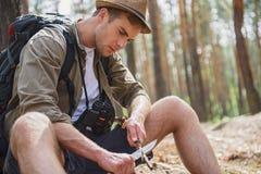 消减杆的纯熟人在森林里 免版税图库摄影