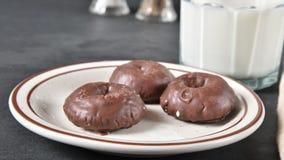 消失从板材的微型巧克力油炸圈饼 股票录像