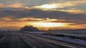 消失入距离的冬天路 免版税库存图片