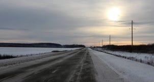 消失入距离的冬天路 免版税库存照片