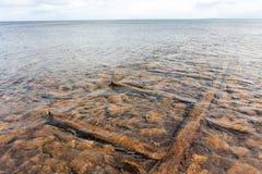 消失入水的木轨道 图库摄影