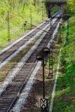 消失在一座小桥梁下的铁路轨道 免版税库存图片