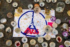 消息、蜡烛和花在纪念品受害者的 库存图片