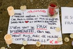 消息、蜡烛和花在纪念品受害者的 免版税库存照片