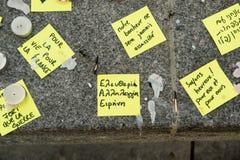 消息、蜡烛和花在纪念品受害者的 免版税库存图片