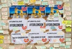 消息和花卉进贡对伦敦桥恐怖袭击的受害者 库存照片