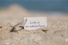 消息生活是在沙子的一次冒险 库存图片