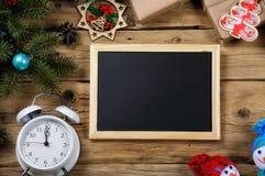 消息的黑板与圣诞节装饰 免版税库存照片