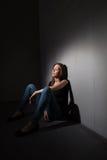 消沉严重遭受的妇女年轻人 免版税库存照片