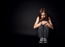 消沉和绝望的妇女哭泣在黑黑暗的 免版税库存照片