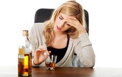 消沉的Yound妇女,饮用的酒精 免版税库存图片