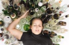 消沉的Yound美丽的妇女,饮用的酒精 免版税库存照片