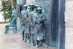 消沉等待分配救济食物的队伍FDR纪念华盛顿特区 库存照片