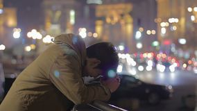 消沉,单独站立在街道上和考虑问题的年轻人 影视素材