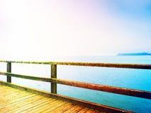 消沉,黑暗的大气 旅游痣,在海上的湿木地板 免版税库存图片