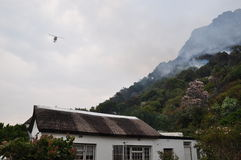 消火直升机开普敦火 免版税图库摄影
