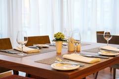 消耗大的安排餐馆设置 免版税库存照片