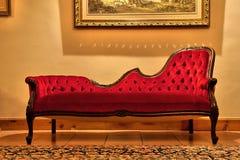 消耗大的绘画红色沙发下 免版税库存照片