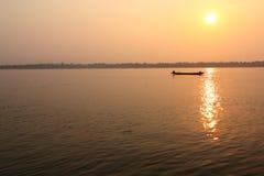 消退的渔夫捕鱼阳光下 免版税库存图片