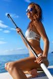 消遣体育 妇女站立桨搭乘(冲浪) 图库摄影
