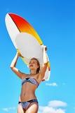 消遣夏天水上运动 冲浪 有冲浪板的妇女 免版税库存图片