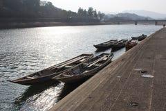 消遣小船停泊了在一个河岸在冬天 库存照片