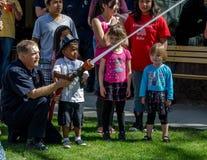 消防员和年轻消防队员 免版税库存照片