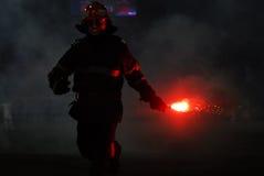 消防员拾起火光 库存图片