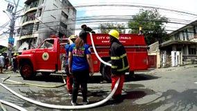 消防员架置对消防车的灭火水龙带