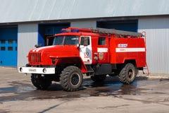 消防车停放在车库 免版税库存照片