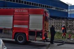 消防车到达了火 免版税图库摄影