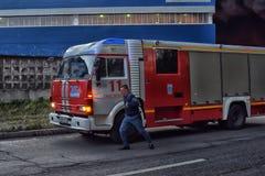 消防车到达了火 图库摄影