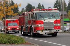 消防车和医务人员 免版税库存图片