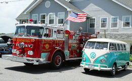消防车和1966年大众公共汽车Vanagon在显示 免版税图库摄影
