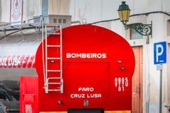 消防车在志愿消防局前面停放了在法鲁 免版税库存照片