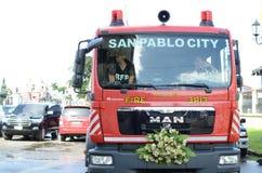 消防车把变成婚礼汽车停放在教会围场 免版税库存照片