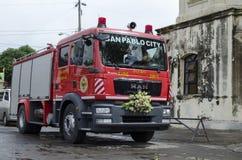 消防车把变成婚礼汽车停放在教会围场 免版税库存图片