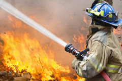 消防队员作战野火 库存图片
