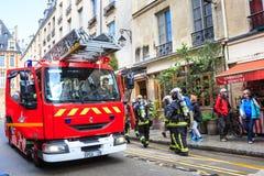 消防队员到达了紧急呼叫,巴黎 库存照片