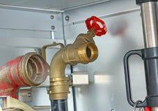 消防队员卡车圆柱滑阀在消防训练期间的 免版税库存照片