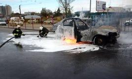 消防队员在俄罗斯熄灭一辆灼烧的汽车 库存照片