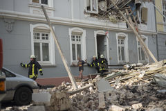 消防队员尝试抢救了第一个人找到和在a以后 图库摄影