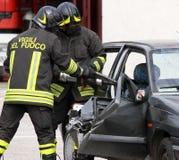 消防队员打开有的汽车强有力的气动力学的剪 库存照片