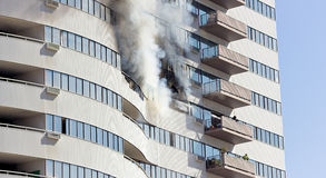 消防队员熄灭火 免版税库存照片