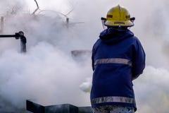 消防队员用途二氧化碳二氧化碳熄灭火的灭火器创造白色烟并且蒸发 免版税库存照片