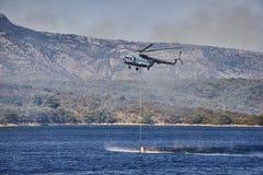 消防队员直升机waterrun 库存图片