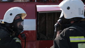 消防队员穿戴防毒面具和制服,当时 股票录像
