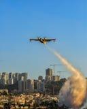 消防队员航空器运转中在城市火 免版税库存照片